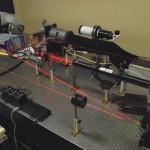 Tavolo ottico: test optomeccanico per attuatore piezoelettrico. Il test usa un raggio laser per calcolare lo spostamento micrometrico del meccanismo di microposizionamento